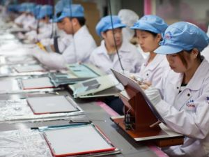 Workers in a Chinese Apple factory. (cultofmac.com)