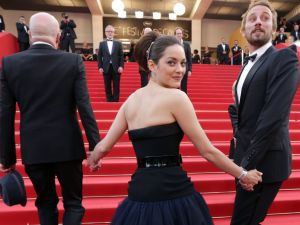 Marion Cotillard with director Jacques Audiard and costar Matthias Schoenaerts on the red carpet. (Getty Images)