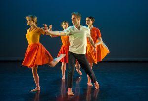 The Mark Morris Dance Group performing 'Crosswalk.' (© Stephanie Berger/MMDC)