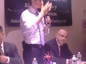 Anthony Weiner and Sal Albanese at a Staten Island mayoral forum.