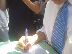 Anthony Weiner signs an autograph outside of a Kosher supermarket in Brooklyn.