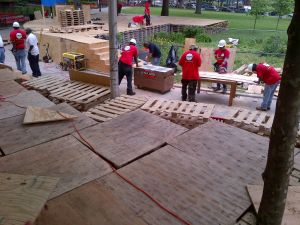 The construction of the work. (© Thomas Hirschhorn/Dia)