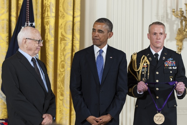 Here Are Photos of Ellsworth Kelly Receiving the National Medal of Arts From President Obama
