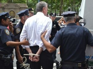 Bill de Blasio being arrested. (Photo: Gideon Resnick)