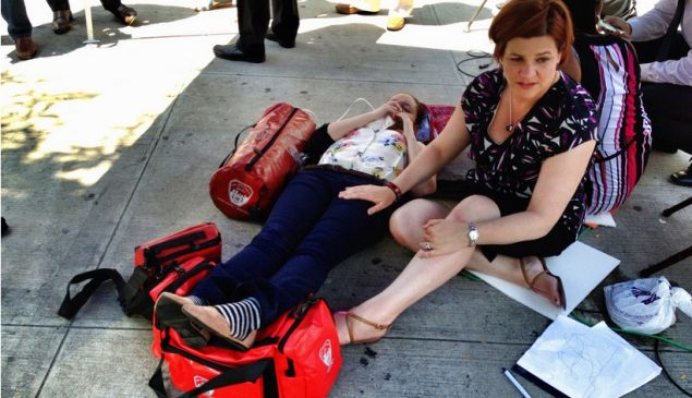 Christine Quinn tends to the fallen intern. (Photo: Holly Bailey/Yahoo News)
