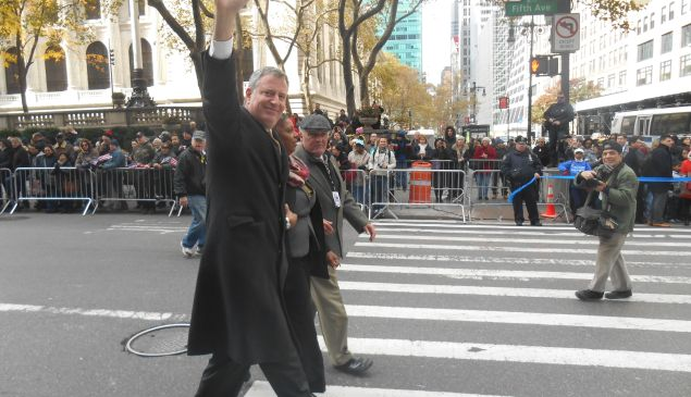 Bill de Blasio waves to the crowd at the Veteran's Day Parade.
