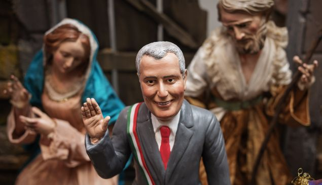A Bill de Blasio figurine, among religious artifacts, in Italy. (Photo: Salvatore Laporta/Getty)