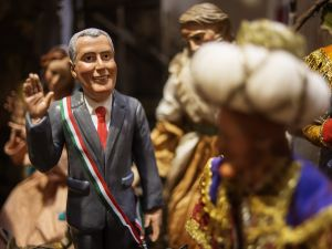 A Bill de Blasio figurine, among religious artifacts, in Italy. (Photo: Getty)