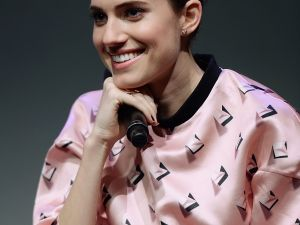 Allison Williams wearing a Windows '95 screensaver at the Apple Store SoHo. (Photo: Getty images)