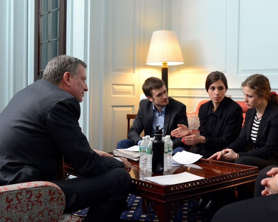 De Blasio Spends Nearly an Hour With Ex-Pussy Riot Members