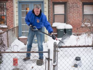 Mayor Bill de Blasio shovels snow in front of his Park Slope home (Mayor's Office/Rob Bennett)