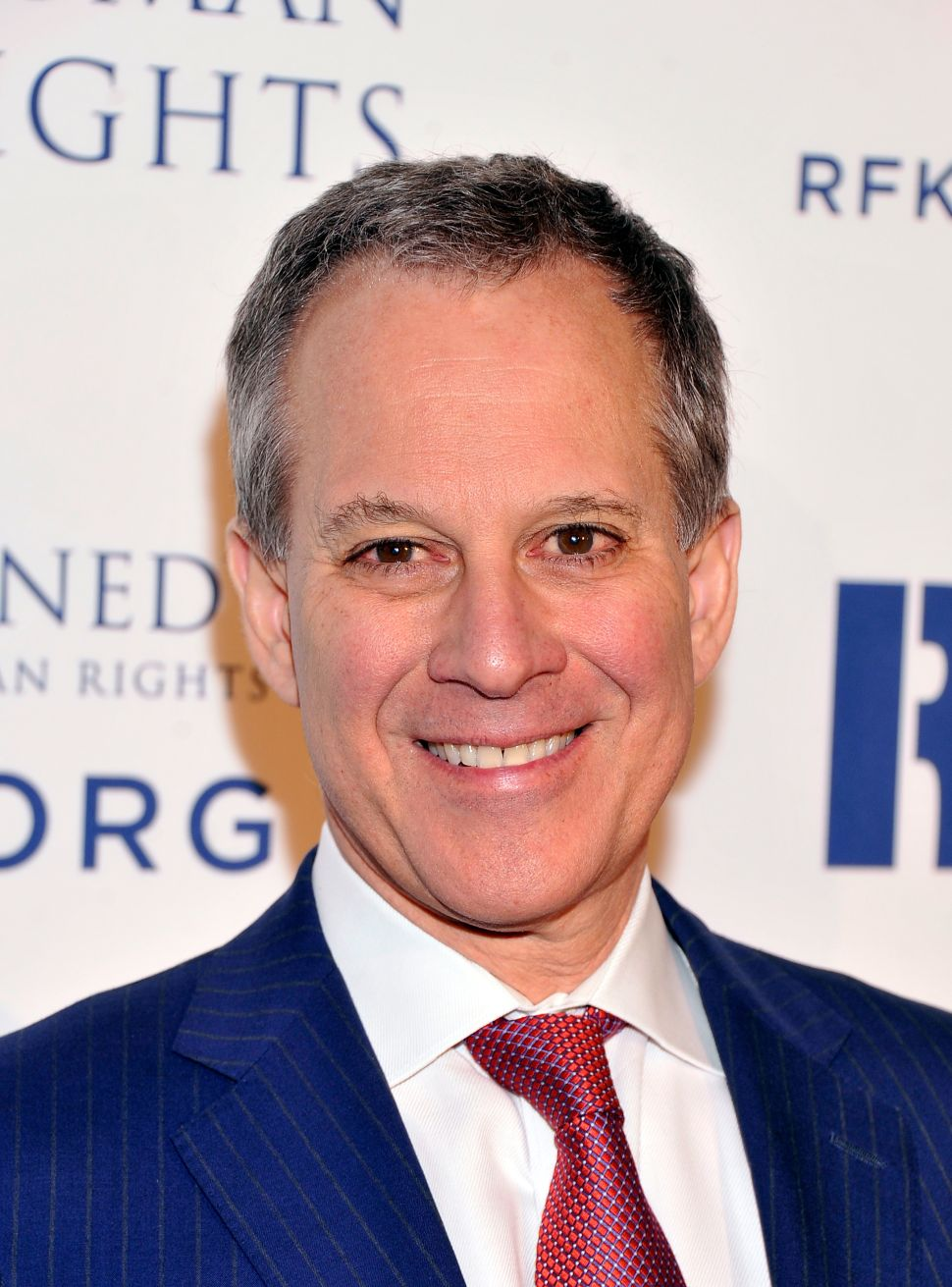 Schneiderman Says He Doesn't Wear Eyeliner, Not That There's Anything Wrong With That