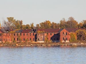 Abandoned buildings on Hart Island (cisc1970, Flickr)