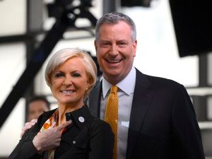 Bill de Blasio and Mika Brzezinski, wearing a universal pre-K button. (Photo: Twitter/@BilldeBlasio)