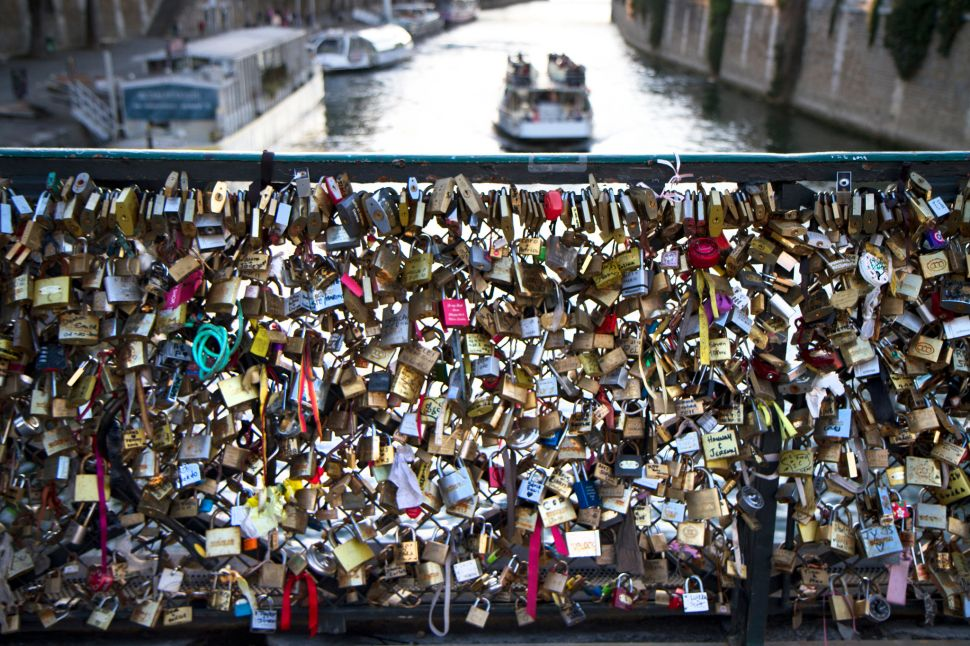 """Locks of Love"" Creep Their Way Over to the Manhattan Bridge"