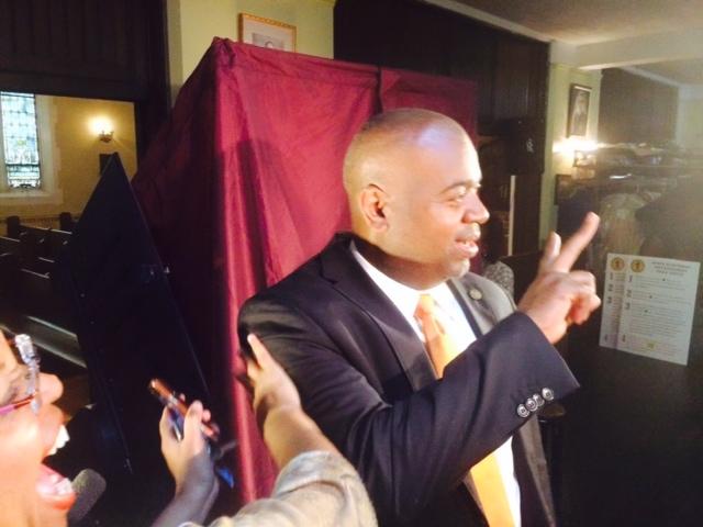 Newark mayor's race: Baraka votes, flashing V-for-victory sign