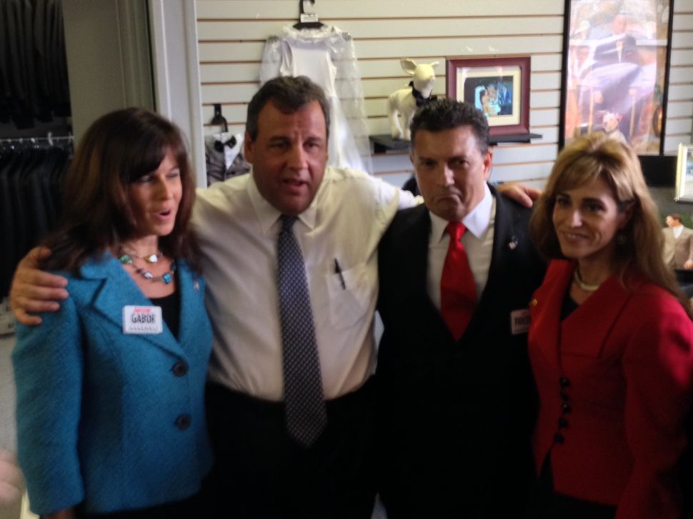 Christie campaigns in South Jersey with Latino leaders