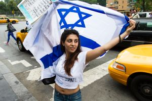 A counter-protester demonstrating on behalf of Israel. (Photo: Daniel Cole)