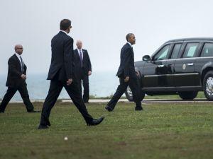Members of the Secret Service follow as US President Barack Obama arrives at Northwestern University October 2, 2014 in Evanston, Illinois (BRENDAN SMIALOWSKI/AFP/Getty Images)