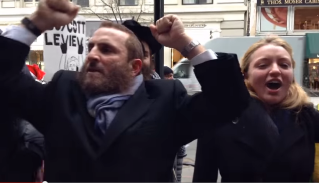 Rabbi Shmuley Stands up to an anti-Jewish mob on the Upper East Side. (Screen cap YouTube)