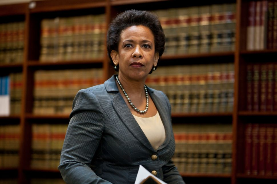 Judicial Watch Calls on DOJ to Formally Investigate Lynch-Clinton Meeting