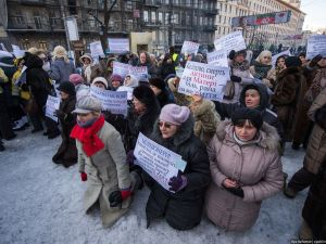 """Hundreds of people of the Lviv region kneeled in the snow on January 12, showing their respect to the fallen 'kiborg' Lyubomyr Podfedko"", reported Khaeriya-97."