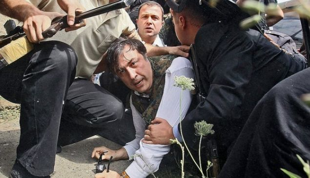 President Saakashvili was filmed by Gori tv on Aug. 11, 2008, an image that Vladimir Putin contrasted with his own manly demeanor. (yaplakal.com)