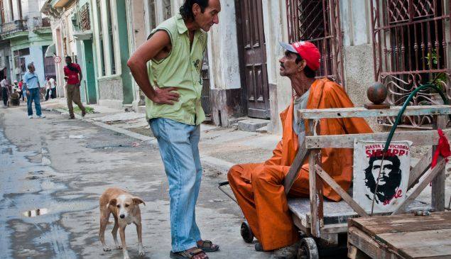Cubans chat in the streets of Havana, on January 7, 2015. (Photo: Getty Images)