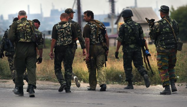 Ukrainian soldiers walk near a frontline position on the outskirts of the strategic coastal city of Mariupol following an evening of heavy shelling by Russian backed separatists on September 07, 2014 in Mariupol, Ukraine. The outbreak of shelling in both Mariupol and the separatist controlled city of Donetsk is threatening a ceasefire struck less than two days earlier. (Photo by Spencer Platt/Getty Images)
