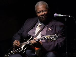 B.B. King performs onstage at his 80th birthday celebration at the home of Sam and Mary Haskell on September 20, 2005 in Encino, California. (Amanda Edwards/Getty Images)