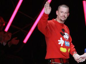 British designer Alexander Mcqueen waves at the end of his Spring/Summer 2008 ready-to-wear collection show in Paris, 05 October 2007. AFP PHOTO FRANCOIS GUILLOT (Photo credit should read FRANCOIS GUILLOT/AFP/Getty Images)