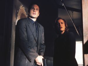 """THE X-FILES - SEASON 7: Agent Fox Mulder (David Duchovny, L) and Agent Dana Scully (Gillian Anderson, R) investigate circumstances around a man who seems to be just a little too lucky in """"The Goldberg Variation"""" episode of THE X-FILES which originally aired Sunday, Dec. 12 (9:00-10:00 PM ET/PT) on FOX. CR:Nicola Goode/FOX"""