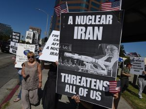 Members of the 'Stand With Us' group hold a rally calling for the rejection of the proposed Iran nuclear deal outside the Federal Building in Los Angeles (Photo: Mark Ralston for AFP/Getty Images)