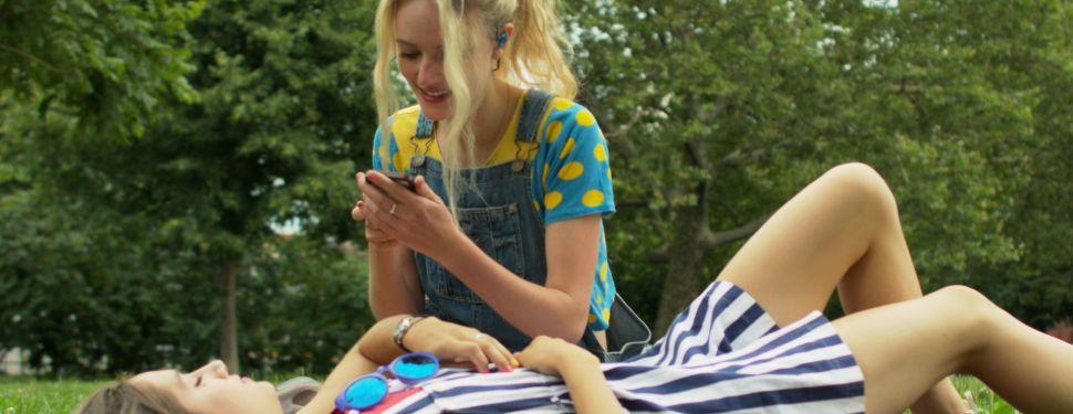 Women using The Verse. (Photo: Hooke Audio)
