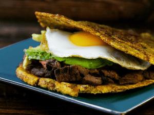 A crispy plantain sandwich from Patacon Pisao. (Photo: Facebook/Patacon Pisao)