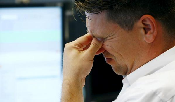 Photos of Worried Brokers Make a Comeback as Dow Falls