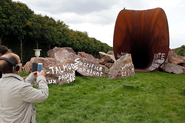 Anish Kapoor Says Sculpture Ruling Akin to Rape, Brian Sewell Dead at 84, and More