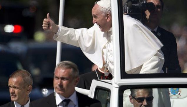 Pope Francis with secret service. (Photo: Via Reddit)