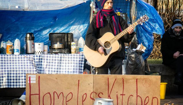 Coffee and a song for the homeless on Trafalgar Square. (Photo: Flickr)