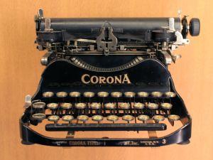Musée des arts et métiers, Paris. Machine à écrire portable Corona, 1920.
