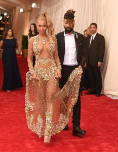 Beyoncé gets a hand from stylist Ty Hunter (Photo: Getty Images).
