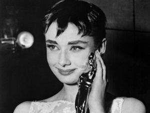 """British actress Audrey Hepburn poses with her Oscar for Best Actress for the film """"Roman Holiday"""" on March 25, 1954 during the 26th annual Academy Awards in New York City. AFP PHOTO"""
