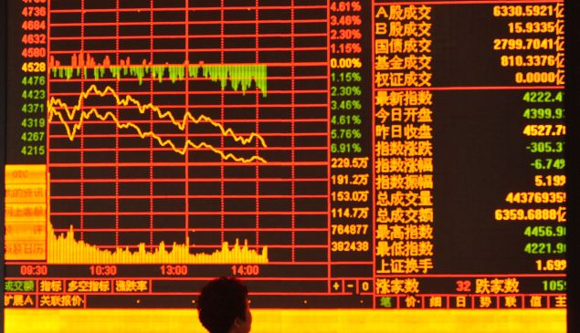 FUYANG, CHINA - JUNE 26:(CHINA OUT) An investor observes stock market at a stock exchange hall on June 26, 2015 in Fuyang, Anhui province of China. Chinese stocks dropped sharply on Friday. The benchmark Shanghai Composite Index lost 334.91 points, or 7.40 percent, to close at 4192.87 points. The Shenzhen Component Index shed 1293.66 points, or 8.24 percent, to 14398.78 points. (Photo by ChinaFotoPress)***_***