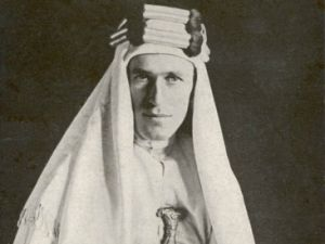 British archaeologist T.E. Lawrence, also known as Lawrence of Arabia, wearing his famous robes and jambiya dagger. (Photo: Wikimedia Commons)