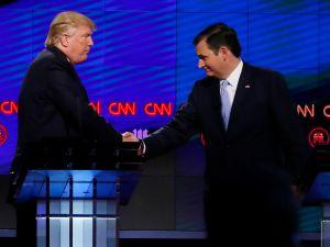 Donald Trump (L) shakes hands with Texas Senator Ted Cruz (R) following the CNN Republican Presidential Debate March 10, 2016 in Miami, Florida. / AFP / RHONA WISE