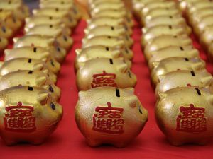 """BINZHOU, CHINA - JANUARY 01: (CHINA OUT) Golden piggy banks pose the """"2016"""" at a furniture market for lottery to celebrate new year on January 1, 2016 in Binzhou, Shandong Province of China. Citizens who purchase commodities from the furniture market will get a lottery chance and lucky men will gain a golden piggy bank."""
