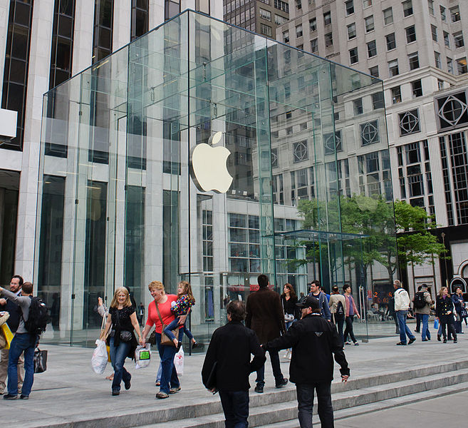 This Week in Tech History: First Apple Stores Open, Pac-Man Debuts