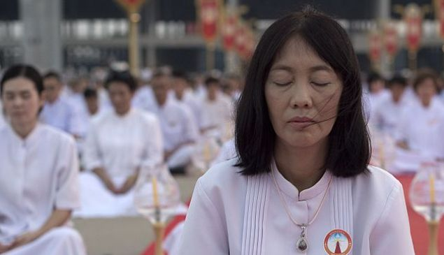 Buddhist devotees meditate during a ceremony in Bangkok on February 22, 2016 on the occasion of Makha Bucha day. The Makha Bucha festival is observed in Thailand on the full moon of the third lunar month and commemorates the day when 1,250 monks gathered to be ordained by the Buddha. AFP PHOTO / Nicolas ASFOURI / AFP / NICOLAS ASFOURI