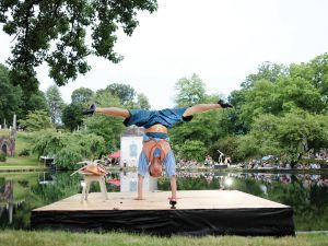 The cirkus stars stilt-walkers, acrobats and Ben Feldman as Niblo