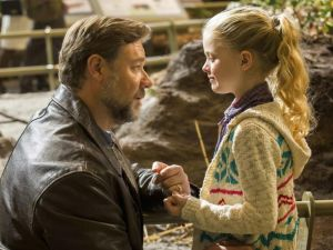 Russell Crowe and Kylie Rogers in Fathers and Daughters.